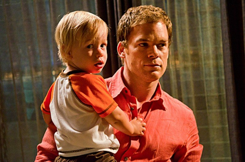 Michael C. Hall insieme al piccolo Harrison in un'immagine dell'episodio The Angel of Death
