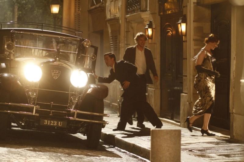 Owen Wilson entra in un locale notturno in una scena del film Midnight in Paris