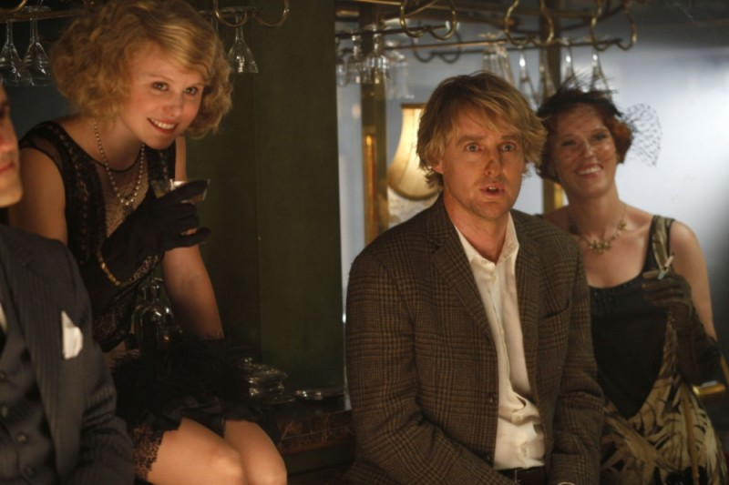 Owen Wilson in una scena di Midnight in Paris insieme ad Alison Pill