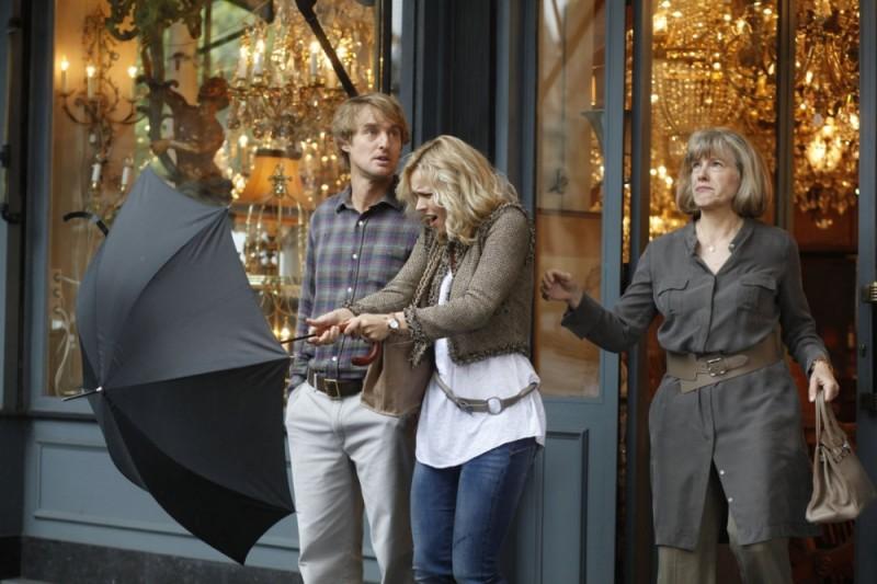 Rachel McAdams e Owen Wilson in una scena di Midnight in Paris insieme a Mimi Kennedy