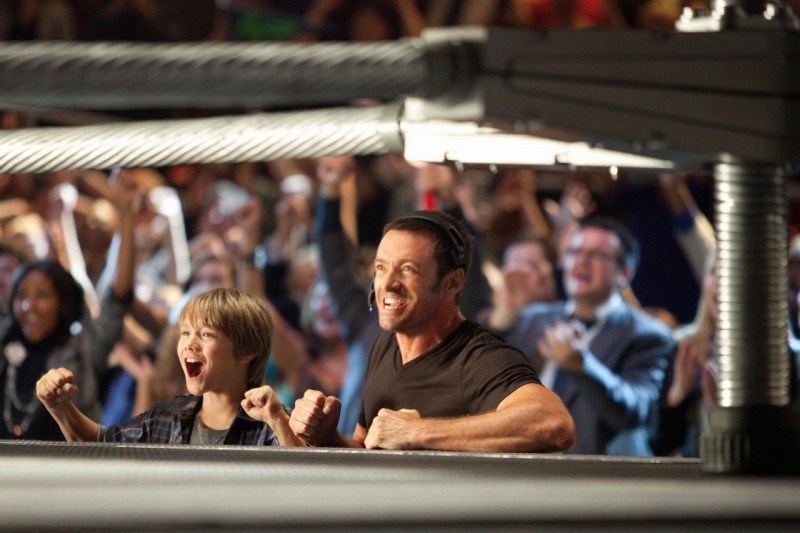 Real Steel: Hugh Jackman e Dakota Goyo felici per la vittoria in una scena del film