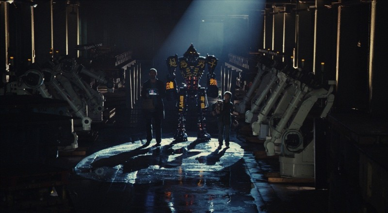 Real Steel: Hugh Jackman e Dakota Goyo in una suggestiva immagine tratta dal film