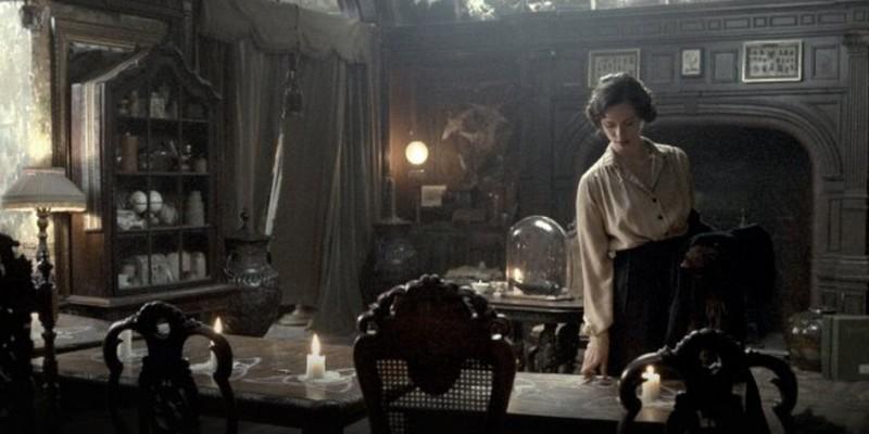 Rebecca Hall in un'immagine tratta dal thriller 1921 - Il mistero di Rookford