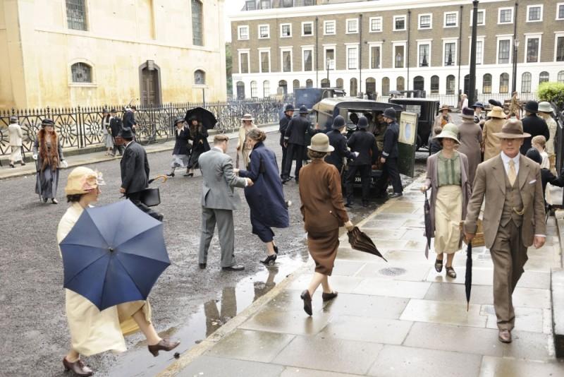 Rebecca Hall tra la folla in una scena del film 1921 - Il mistero di Rookford