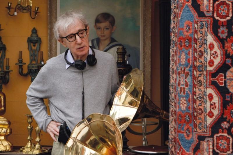 Woody Allen maneggia un grammofono sul set di Midnight in Paris