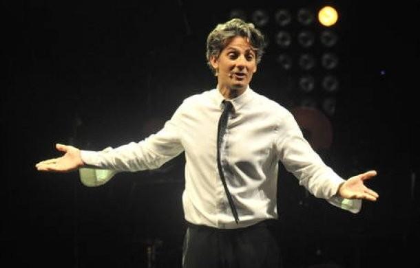 Una foto di Rosario Fiorello durante un suo show