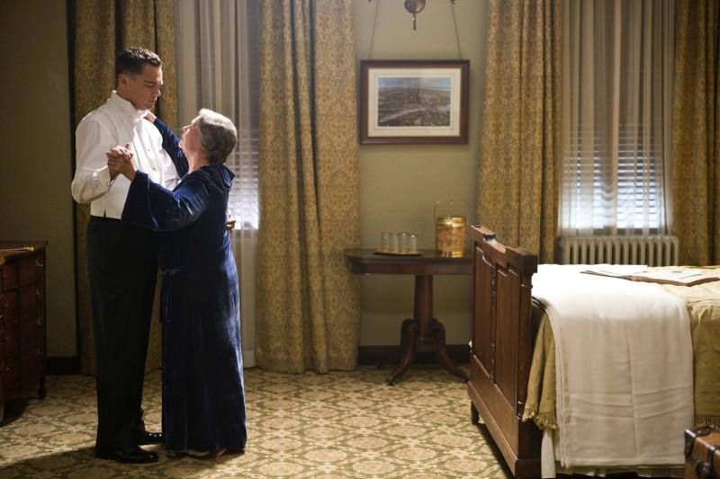 Leonardo DiCaprio con Judi Dench in una scena di J.Edgar