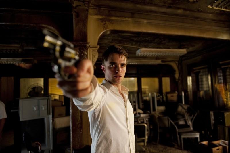 Robert Pattinson e la sua pistola in una drammatica immagine di Cosmopolis