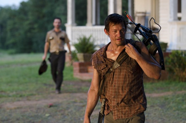 The Walking Dead: Norman Reedus ed Andrew Lincoln (sullo sfondo) nell'episodio La rosa di Cherokee