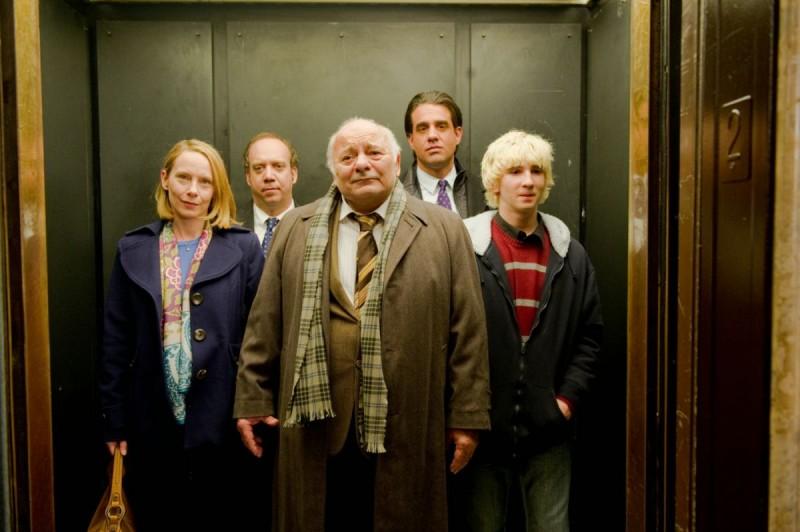 Amy Ryan, Paul Giamatti, Burt Young, Alex Shaffer e Bobby Cannavale in una scena di Mosse vincenti