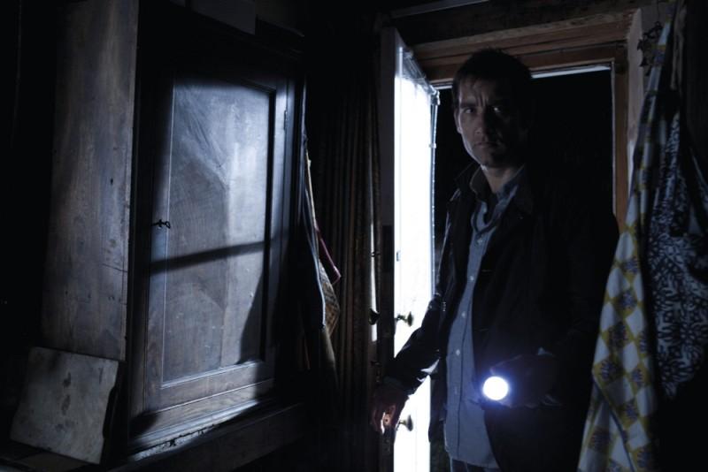 Clive Owen in una scena del thriller paranormale Intruders