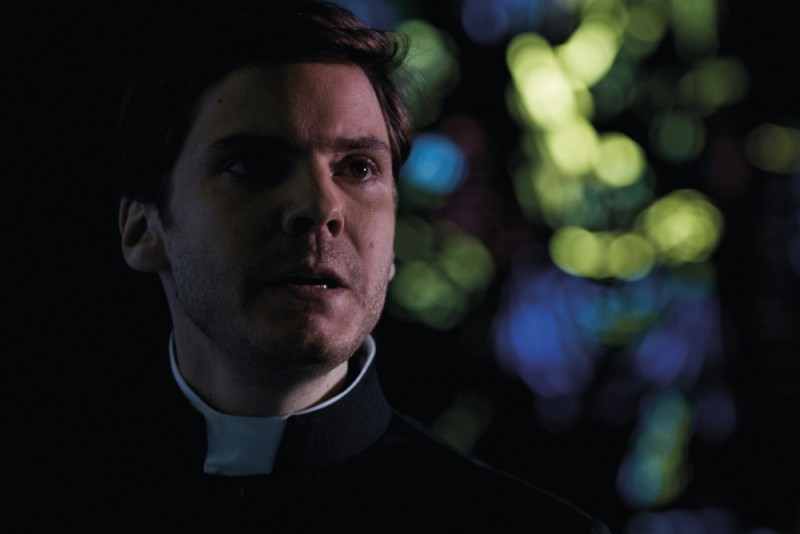 Daniel Brühl in una scena del thriller Intruders