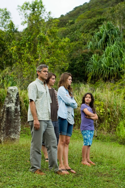 George Clooney in una scena di The Descendants insieme a Nick Krause, Shailene Woodley e Amara Miller