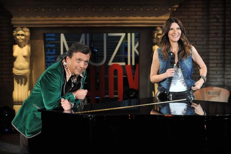 Laura Pausini al Chiambretti Muzik Show con il conduttore