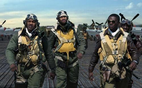 Un manipolo di valorosi piloti a riposo in una scena di Red Tails