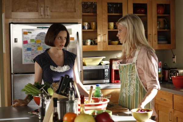 Parenthood: Monica Potter e Sarah Ramos in una scena dell'episodio Date Night