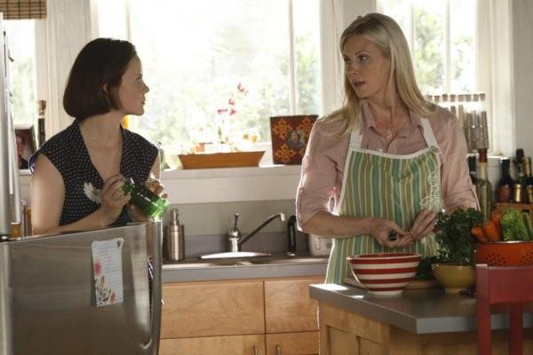 Parenthood: Monica Potter e Sarah Ramos nell'episodio Date Night