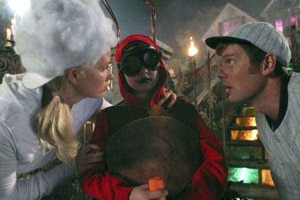 Parenthood: Monica Potter, Peter Krause e Max Burkholder nell'episodio Orange Alert