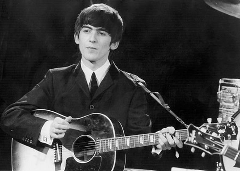 George Harrison: Living in the Material World, George Harrison all'opera con la sua chitarra in una scena del film