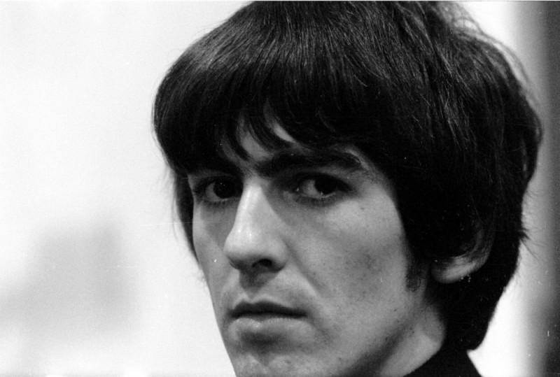 George Harrison: Living in the Material World, un bel primo piano del giovane George Harrison in un'immagine del film