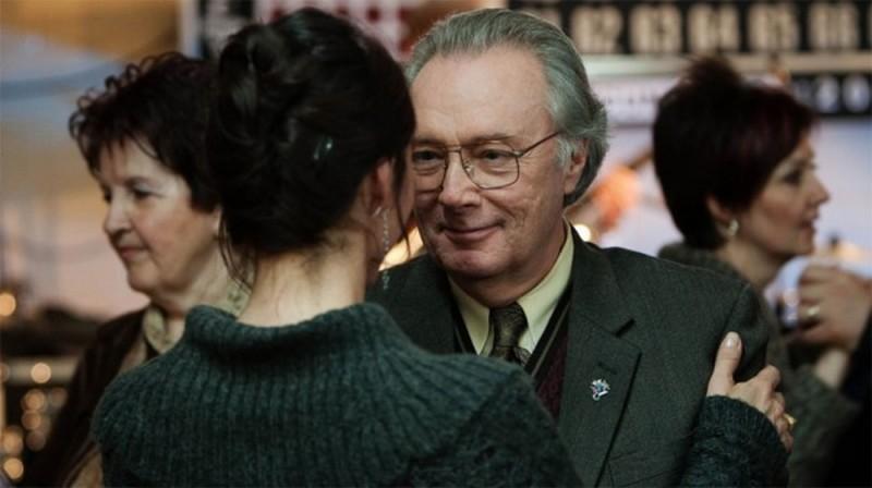 Gilbert Sicotte in una scena de Le vendeur danza insieme a Nathalie Cavezzali