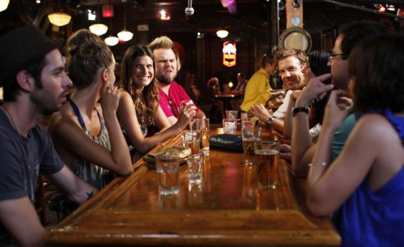 Lake Bell, Michelle Borth, Tyler Labine e Jason Sudeikis in una scena di A good old fashioned orgy