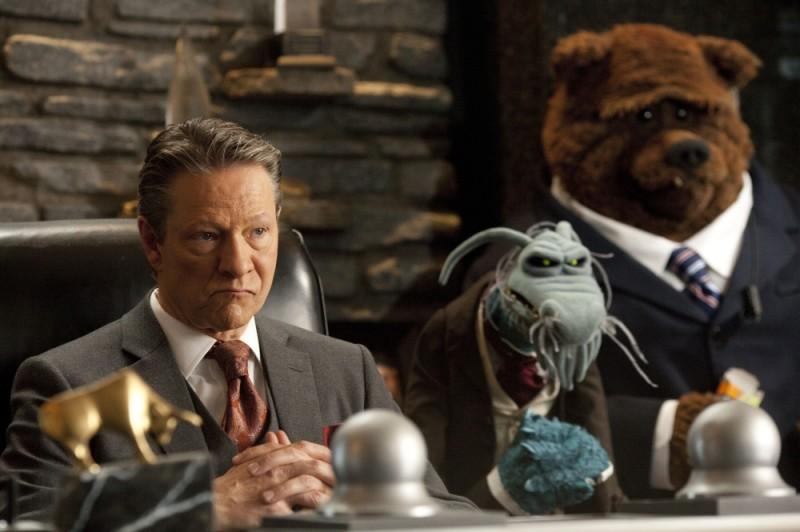 Chris Cooper insieme al pupazzo Uncle Deadly e a Bobo the Bear in una scena de I Muppet