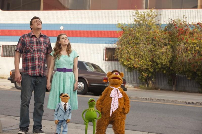I Muppet: Jason Segel e Amy Adams in una scena del film insieme ai loro amici Kermit, Fozzie Bear e Walter