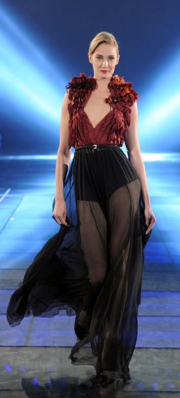 Il più grande spettacolo dopo il weekend, prima puntata: Eva Riccobono in abito da sera GUCCI in chiffon con applicazioni di fiori di seta dipinti a mano, cintura in raso e culotte in crepe de chine