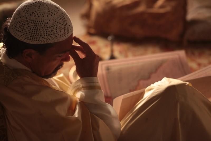 Il principe del deserto, Antonio Banderas è pensieroso in una scena del film