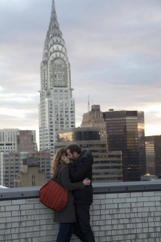 Isabella Ragonese e Fabio Volo si baciano in una scena del film Il giorno in più