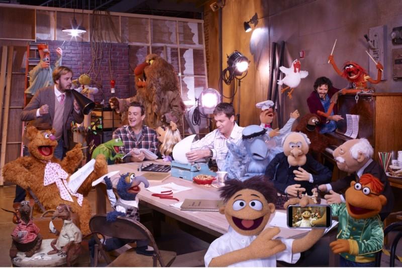 Jason Segel insieme ai suoi amici pupazzi e agli animatori del film in una foto promozionale de I Muppet
