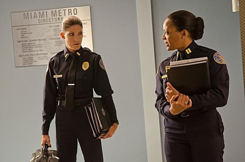 Jennifer Carpenter e Lauren Vélez in un'immagine tratta dall'episodio Nebraska