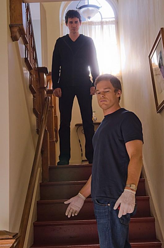 Michael C. Hall nella casa di Trinity in una scena dell'episodio Nebraska con Christian Carmago