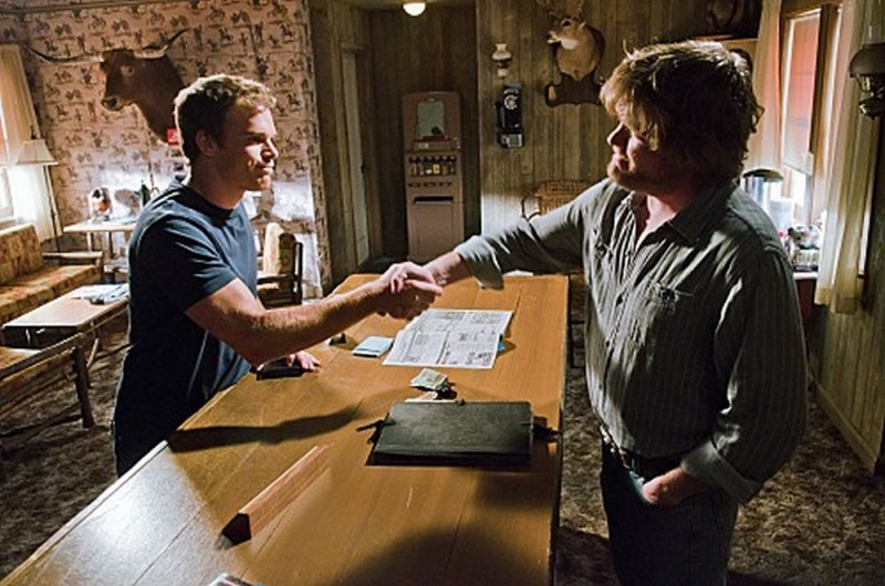 Michael C. Hall stringe la mano al portiere dell'hotel nell'episodio Nebraska