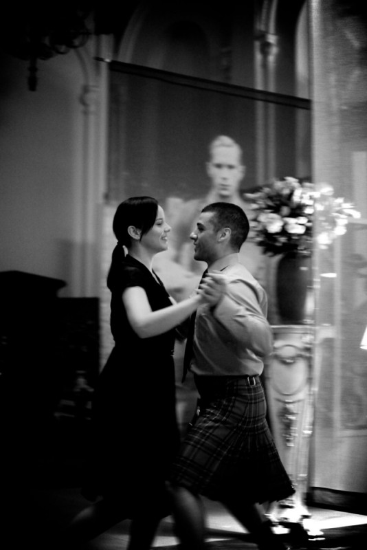 Abbie Cornish balla insieme a Oscar Isaac in una scena del film Edward e Wallis