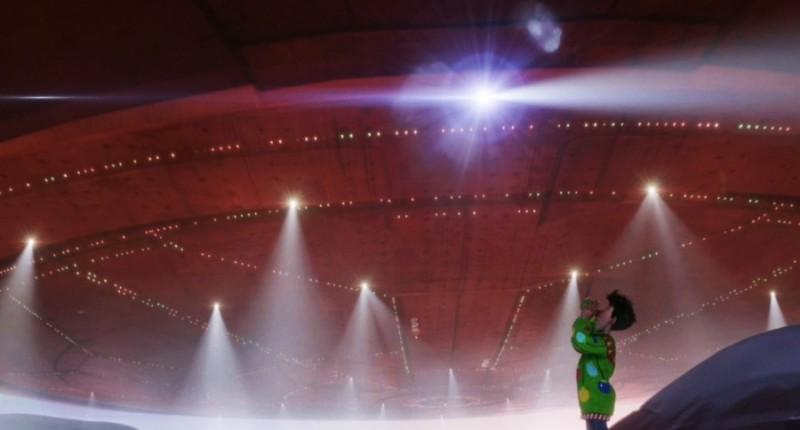 Arthur ammira l'astronave di Babbo Natale in una scena del film Arthur Christmas: Il figlio di Babbo Natale in 3D