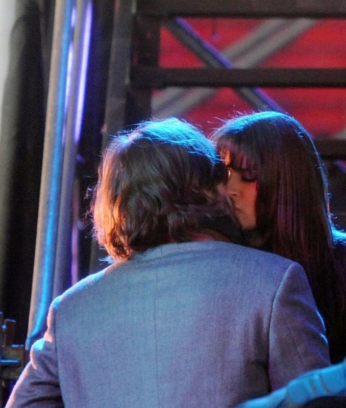 Ashton Kutcher si bacia teneramente con Lea Michele in una scena di Capodanno a New York