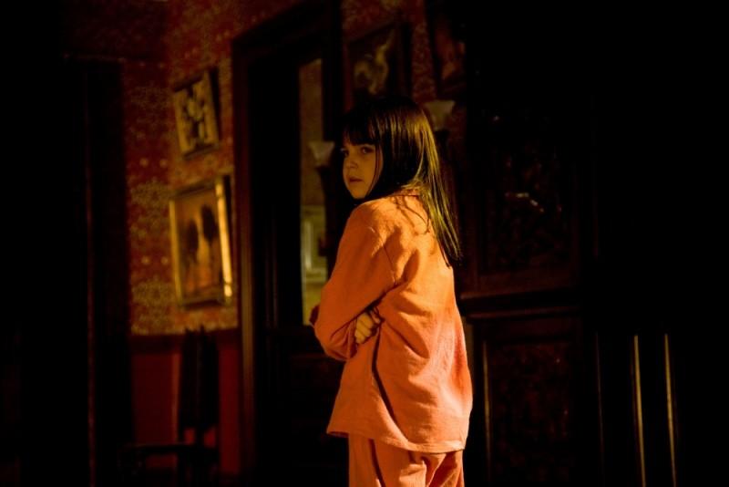Bailee Madison impaurita in una scena dell'horror Non avere paura del buio