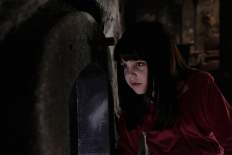 Bailee Madison in una scena del film horror Non avere paura del buio