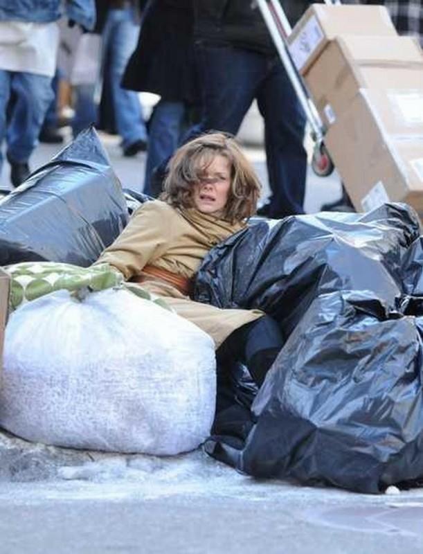 Capodanno a New York: Michelle Pfeiffer a terra tra la spazzatura in una scena del film