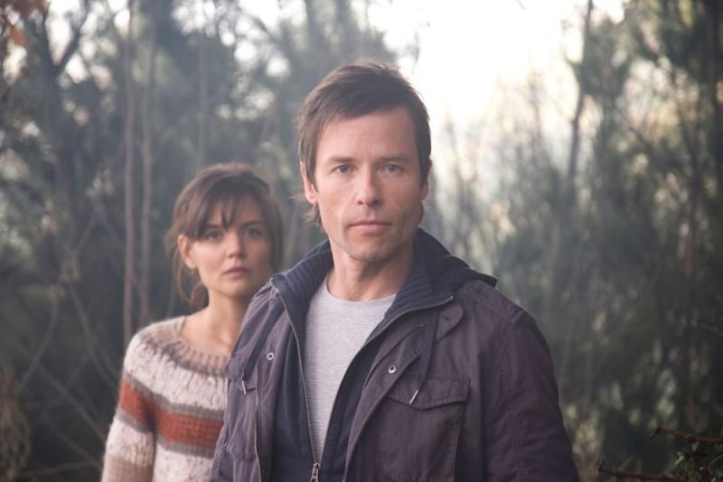 Guy Pearce e Katie Holmes in una scena dell'horror Non avere paura del buio