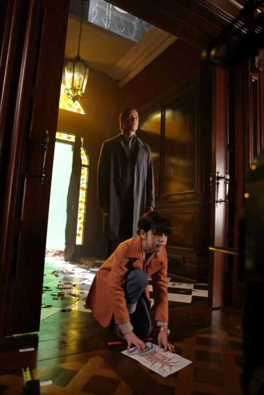 Guy Pearce in una scena di Non avere paura del buio insieme a Bailee Madison