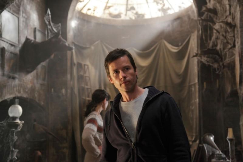 Guy Pearce in una scena tratta dal film horror Non avere paura del buio