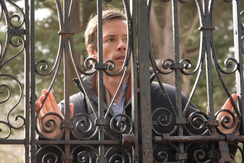 Guy Pearce in una scena tratta dal film Non avere paura del buio