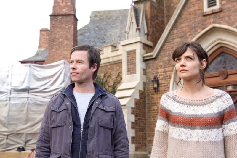 Katie Holmes e Guy Pearce in una scena dell'horror Non avere paura del buio