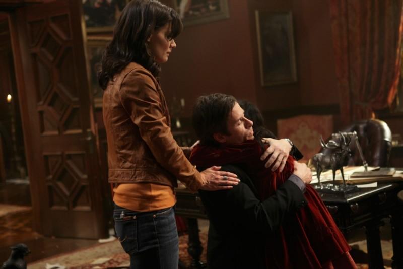 Katie Holmes in una scena di Non avere paura del buio insieme a Guy Pearce