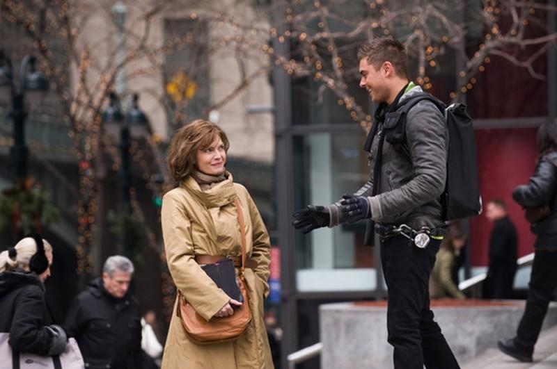 Michelle Pfeiffer e Zac Efron in una scena di Capodanno a New York