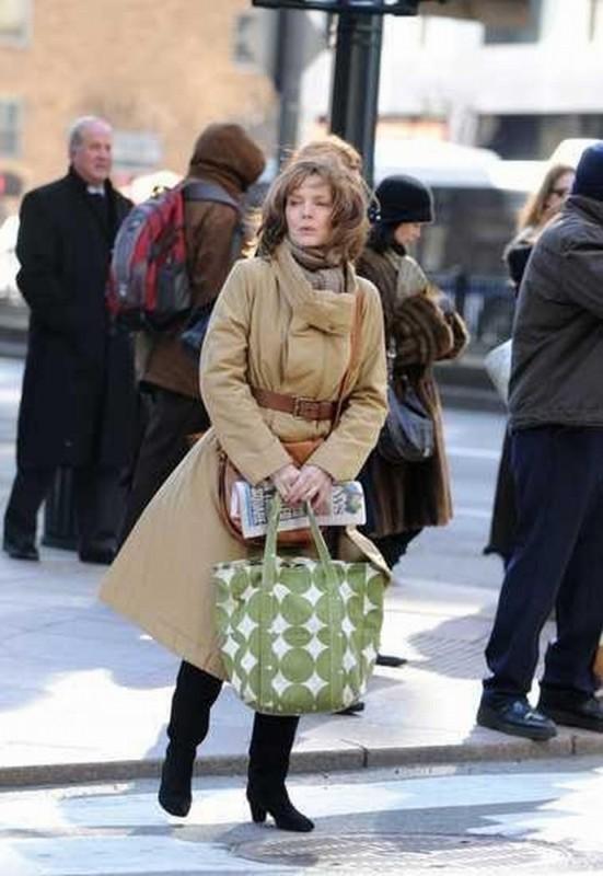 Michelle Pfeiffer passeggia per la città in una scena di Capodanno a New York