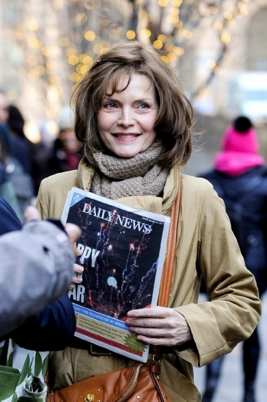 Michelle Pfeiffer sorride in una scena di Capodanno a New York